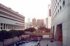 Jardine香港议院和香港邮政总局日落的 免版税库存图片