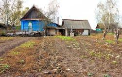 Jardine no campo do russo perto de uma cabana de madeira Foto de Stock