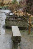 Jardine no outono na chuva e nos acessórios de pedra Foto de Stock