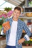 Jardineiro com o cacto na loja do berçário Imagens de Stock Royalty Free