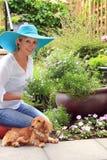 Jardineiro da senhora com cão imagem de stock