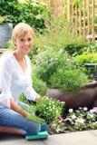 Jardineiro da senhora no jardim fotografia de stock