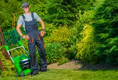 Jardineiro Grass Mowing fotos de stock royalty free