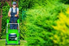 Jardineiro Grass Mowing imagem de stock