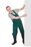 Jardineiro maduro feliz que apresenta a bandeira vazia Imagens de Stock