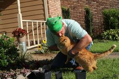 Jardineiro masculino no jardim da frente Imagens de Stock Royalty Free