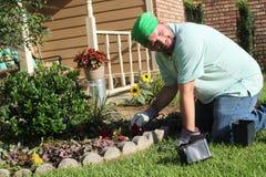Jardineiro masculino no jardim da frente Foto de Stock Royalty Free
