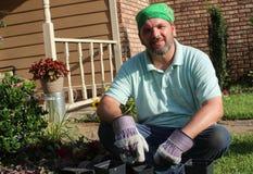 Jardineiro masculino no jardim da frente Foto de Stock