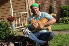 Jardineiro masculino no jardim da frente - com animal de estimação Foto de Stock