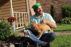 Jardineiro masculino no jardim da frente - com animal de estimação Foto de Stock Royalty Free