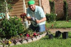Jardineiro masculino no jardim da frente - removendo as luvas Imagem de Stock
