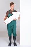 Jardineiro masculino Presenting Blank Placard foto de stock