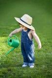 Jardineiro pequeno do bebê perdido no momento Imagens de Stock