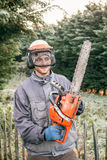 Jardineiro profissional com serra de cadeia Foto de Stock