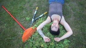 Jardineiro que encontra-se na grama vídeos de arquivo