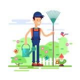 Jardineiro que está no jardim com lata molhando Foto de Stock Royalty Free