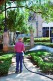 Jardineiro que molha os jardins da cidade, Sevilha, Espanha Fotos de Stock
