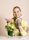 Jardinero con las herramientas imagen de archivo libre de regalías