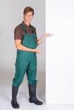 Jardinero de sexo masculino Presenting Blank Placard fotografía de archivo libre de regalías