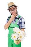 Jardinero divertido joven con el pote de camomiles Imagen de archivo