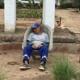 Jardinero durmiente en carretilla Imagenes de archivo
