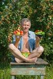 Jardinero en el Apple-árbol 6 foto de archivo libre de regalías