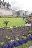 Jardinero en el trabajo en el parque de un castillo de Escocia Imagen de archivo libre de regalías