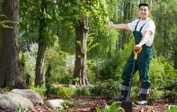 Jardinero en jardín hermoso Imagen de archivo libre de regalías