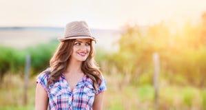 Jardinero en la camisa y el sombrero comprobados, naturaleza soleada verde Foto de archivo libre de regalías