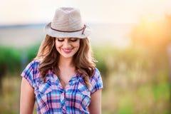 Jardinero en la camisa y el sombrero comprobados, naturaleza soleada verde Imágenes de archivo libres de regalías