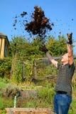 ¡Jardinero feliz con su estiércol vegetal! Fotos de archivo
