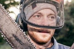 Jardinero profesional con la motosierra Imagen de archivo libre de regalías