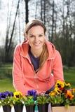 Jardinero que planta las flores del pensamiento Fotografía de archivo libre de regalías