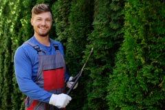 Jardinero que trabaja en un jardín Imágenes de archivo libres de regalías
