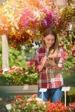 Jardinero que usa la tableta Imágenes de archivo libres de regalías
