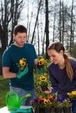 Jardineros que disfrutan de tiempo en jardín Foto de archivo libre de regalías
