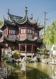 Jardines ajardinados chinos artificiales - un poema de las flores, piedras Imagenes de archivo