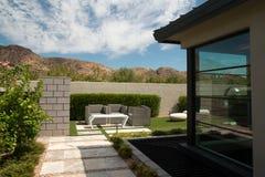 Jardines al aire libre del hogar de lujo de la mansión fotografía de archivo