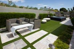 Jardines al aire libre del hogar de lujo de la mansión fotos de archivo