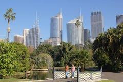 Jardines botánicos con el horizonte de Sydney Fotos de archivo libres de regalías