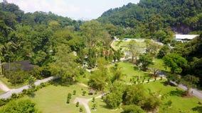 Jardines botánicos de Penang Silueta del hombre de negocios Cowering almacen de video