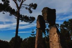 Jardines de Cap Roig, España, mayo de 2016: los bailarines de piedra de Flamengo de las estatuas en jardines de cap aparejan el j Fotografía de archivo