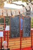 Jardines de Ciutadella, Barcelona - 20 de septiembre de 2014: Los vendedores de la comida entregan comidas mundiales en sus carav Foto de archivo