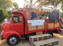 Jardines de Ciutadella, Barcelona - 20 de septiembre de 2014: Los vendedores de la comida entregan comidas mundiales en sus carav Fotografía de archivo
