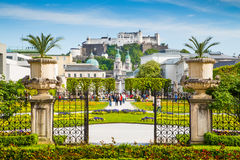 Jardines de Mirabell con la fortaleza Hohensalzburg en Salzburg, Austria Foto de archivo