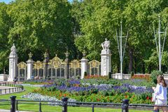 Jardines del Buckingham Palace en Sunny Summer Day foto de archivo