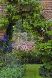 Jardines del castillo de Hever Imagen de archivo libre de regalías
