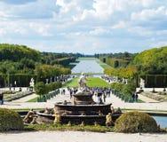 Jardines del castillo de Versalles con la fuente y los turistas Fotos de archivo