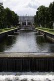 Jardines del palacio de Peterhof Foto de archivo libre de regalías