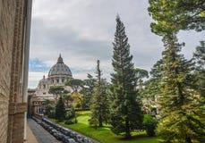 Jardines del Vaticano con ajardinar hermoso foto de archivo